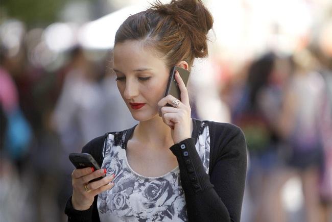 joven_comunica_telefonos_moviles.jpg