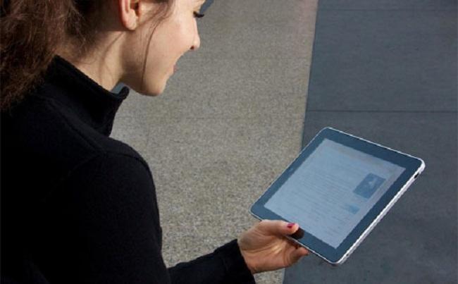 chica usando tablet.jpg