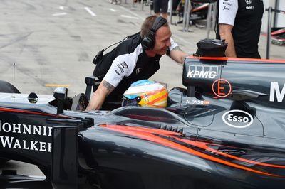 Fernando Alonso en el box Movistar F1