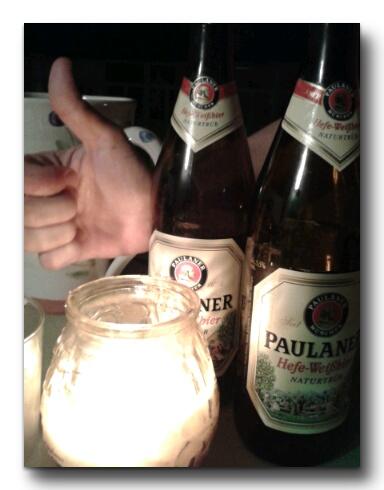 Con unos amigos tomando unas Paulaner.jpg